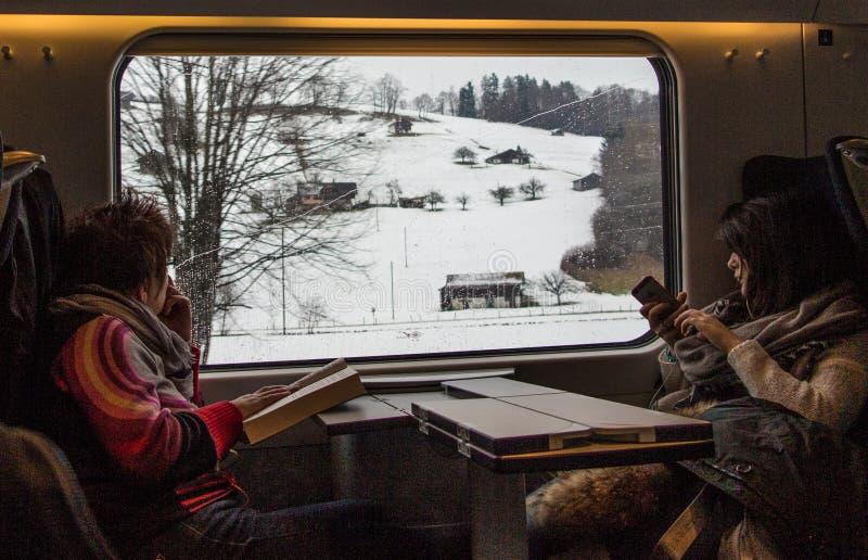 Mensen die op een trein reizen royalty-vrije stock afbeelding