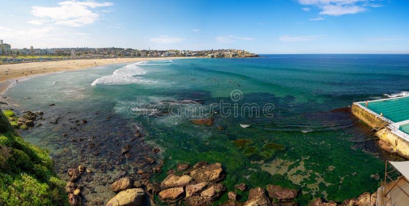 Mensen die op het Bondi-strand in Sydney ontspannen royalty-vrije stock foto's