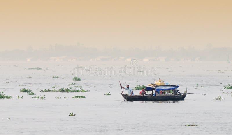 Mensen die op het botenhuis in Mekong Delta, Vietnam leven royalty-vrije stock afbeeldingen