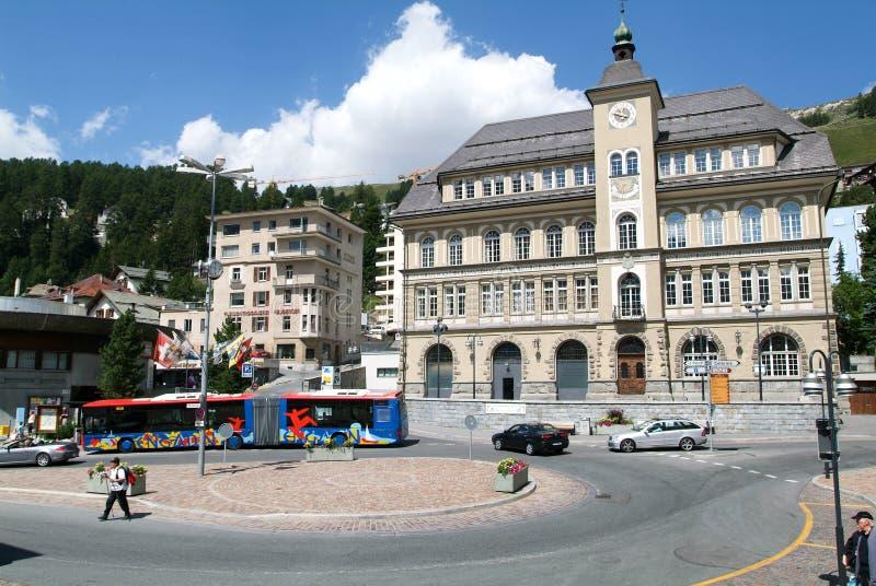 Mensen die op het centrale vierkant van St Moritz lopen royalty-vrije stock fotografie