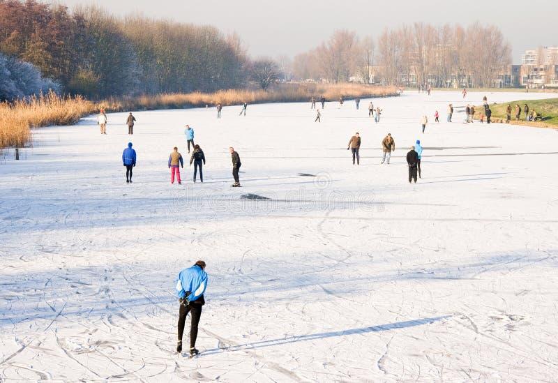 Mensen die op het ijs schaatsen royalty-vrije stock afbeelding