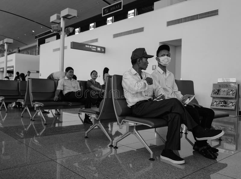 Mensen die op het inschepen bij Cat Bi-luchthaven in Hai Phong, Vietnam wachten stock fotografie