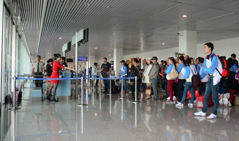 Mensen die op het inschepen bij Tan Son Nhat-luchthaven in Saigon, Vietnam wachten royalty-vrije stock foto