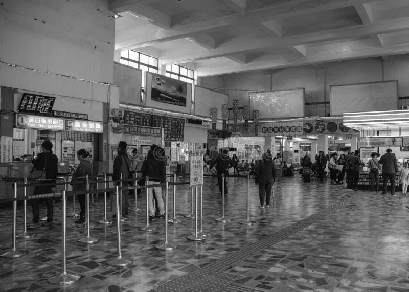 Mensen die op het kopen van kaartje bij station in Hualien, Taiwan wachten stock foto