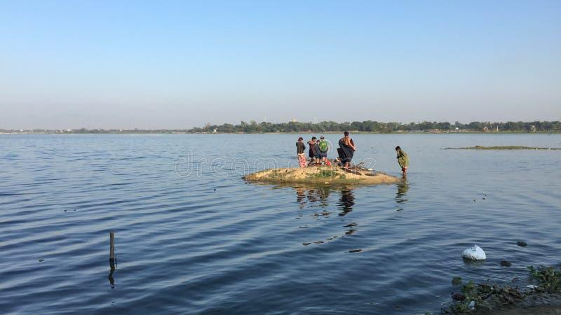 Mensen die op het meer in Mandalay, Myanmar baden royalty-vrije stock foto