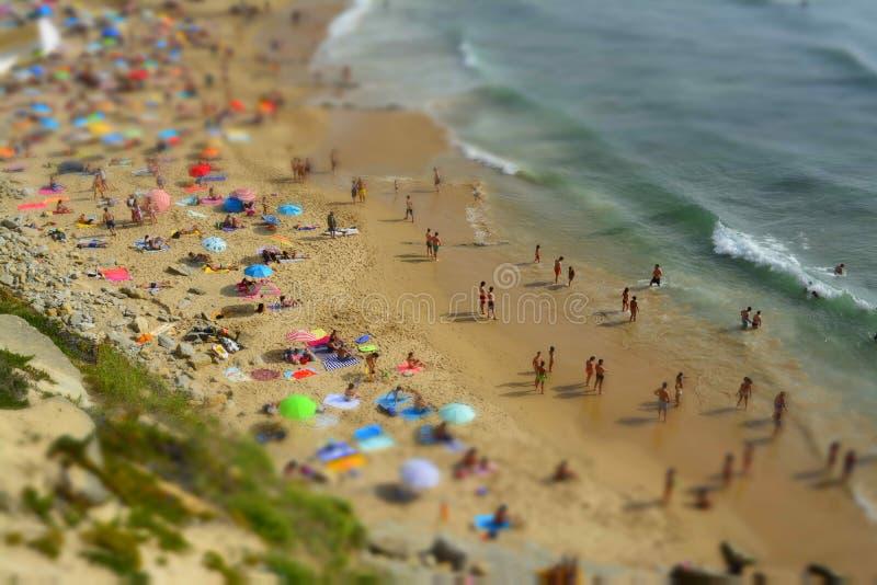 Mensen die op het oceaanstrand van Portugal ontspannen stock foto's