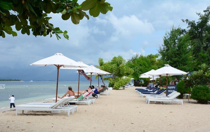 Mensen die op het strand met paraplu's in Phuket, Thailand ontspannen stock foto's