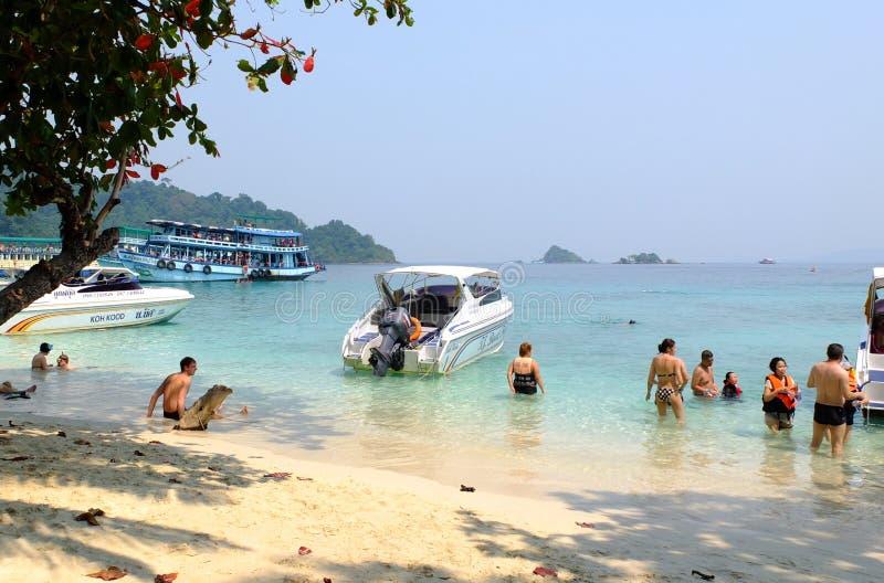 Mensen die op het strand op het eiland van Hong in Koh Chang, Thailand baden royalty-vrije stock foto's