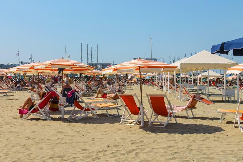 Mensen die op het strand in Viareggio, Italië rusten stock afbeeldingen
