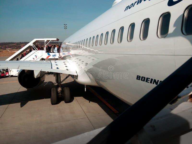 Mensen die op het vliegtuig krijgen stock afbeelding
