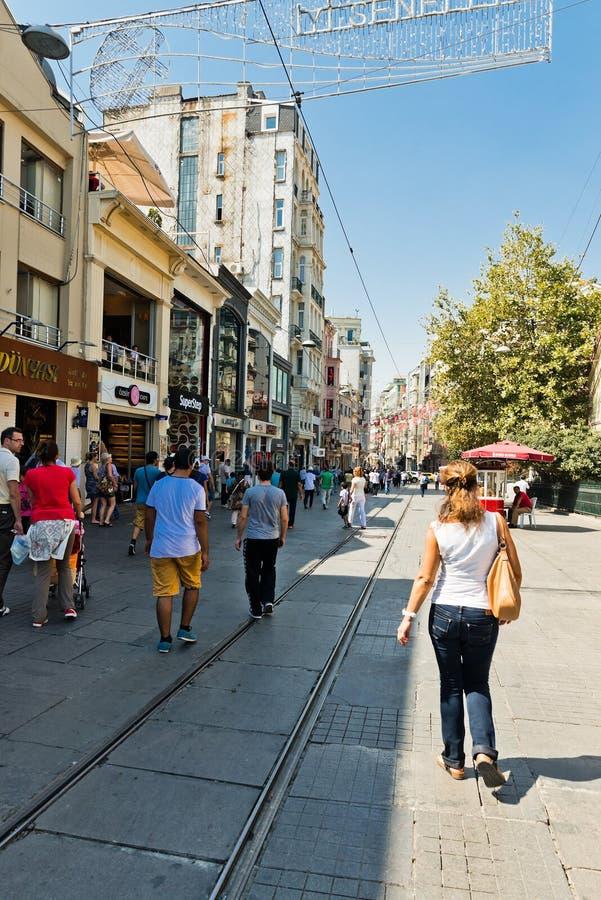 Mensen die op Istiklal-Straat in Istanboel, Turkije lopen stock afbeeldingen