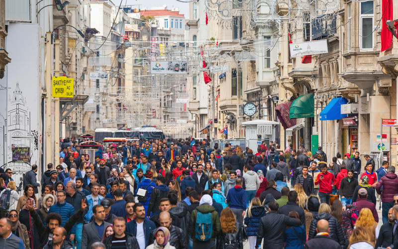 Mensen die op Istiklal-straat in Istanboel Turkije lopen royalty-vrije stock afbeelding