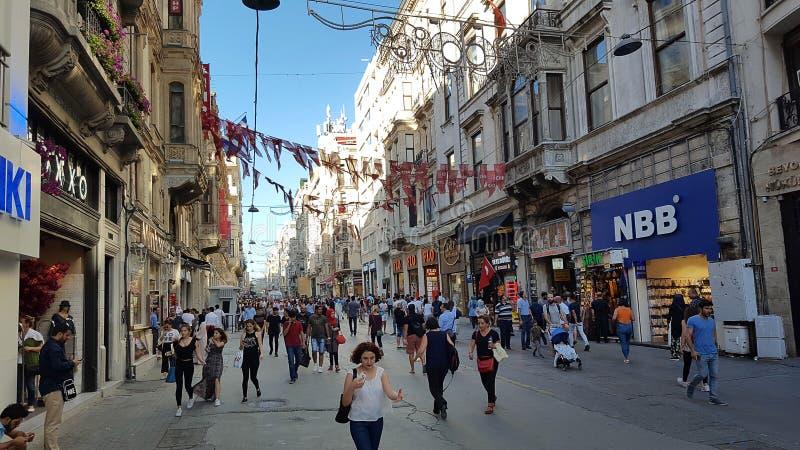 Mensen die op Istiklal-Straat lopen Het is de beroemdste straat in Istanboel royalty-vrije stock fotografie