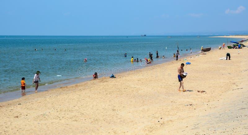 Mensen die op Lang strand in Phu Quoc, Vietnam ontspannen royalty-vrije stock fotografie