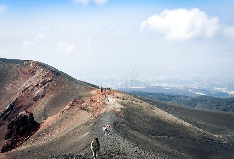 Mensen die op Onderstel Etna, actieve vulkaan op de oostkust van Sicili?, Itali? lopen stock fotografie