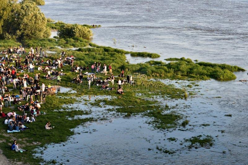 Mensen die op overstroomd rusten riverbank, Vistula-rivier, Polen stock fotografie