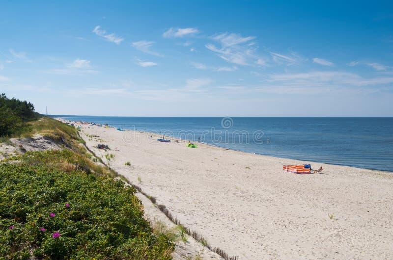 Mensen die op Piaski-strand ontspannen royalty-vrije stock fotografie
