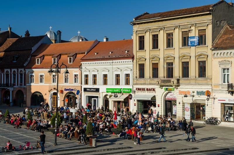 Mensen die op Restaurants in Brasov Van de binnenstad ontspannen stock foto