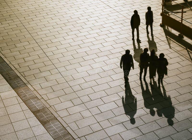 Mensen die op Silhouet van de Weg het Hoogste mening lopen royalty-vrije stock foto's