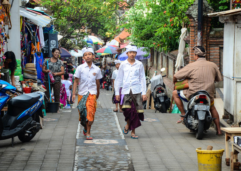Mensen die op straat in Bali, Indonesië lopen royalty-vrije stock fotografie