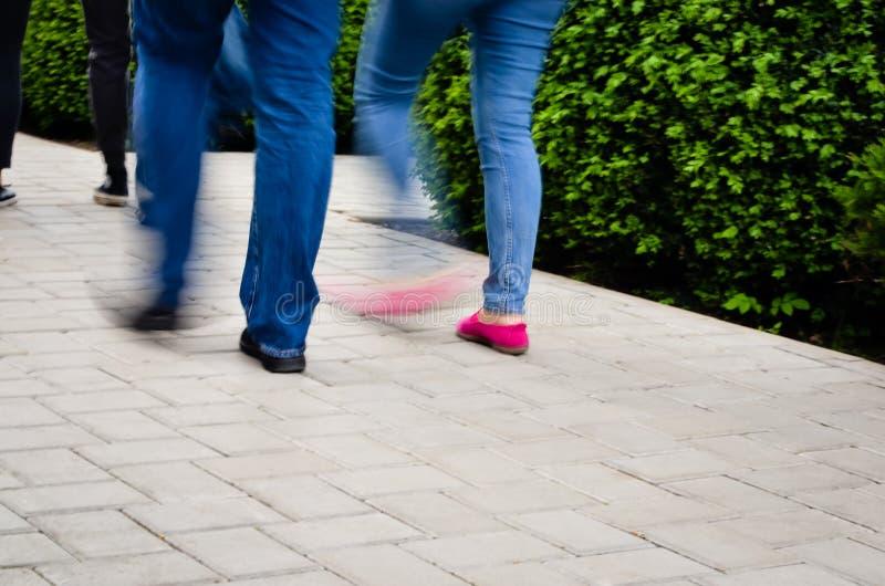 Mensen die op straat lopen - het effect van het Motieonduidelijke beeld stock foto's