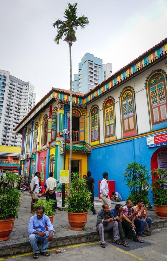 Mensen die op straat in Weinig India, Singapore zitten royalty-vrije stock afbeelding