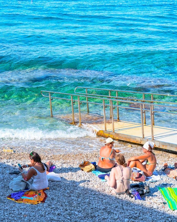 Mensen die op strand op Capri-Eiland zonnebaden stock foto