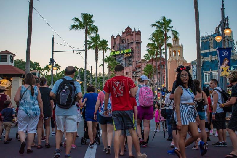 Mensen die op Sunset Boulevard bij Hollywood-Studio's op Walt Disney World-gebied 2 lopen stock foto's