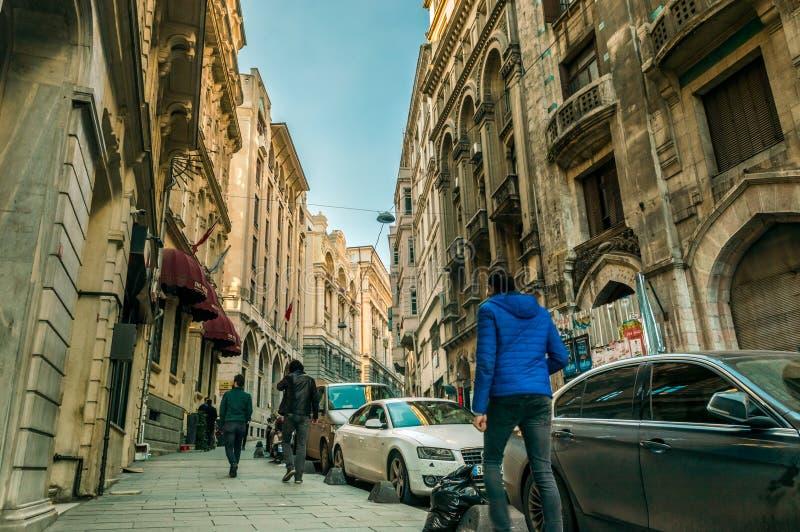 Mensen die op toeristisch Karakoy-gebied van de stad van Istanboel, Turkije lopen royalty-vrije stock fotografie