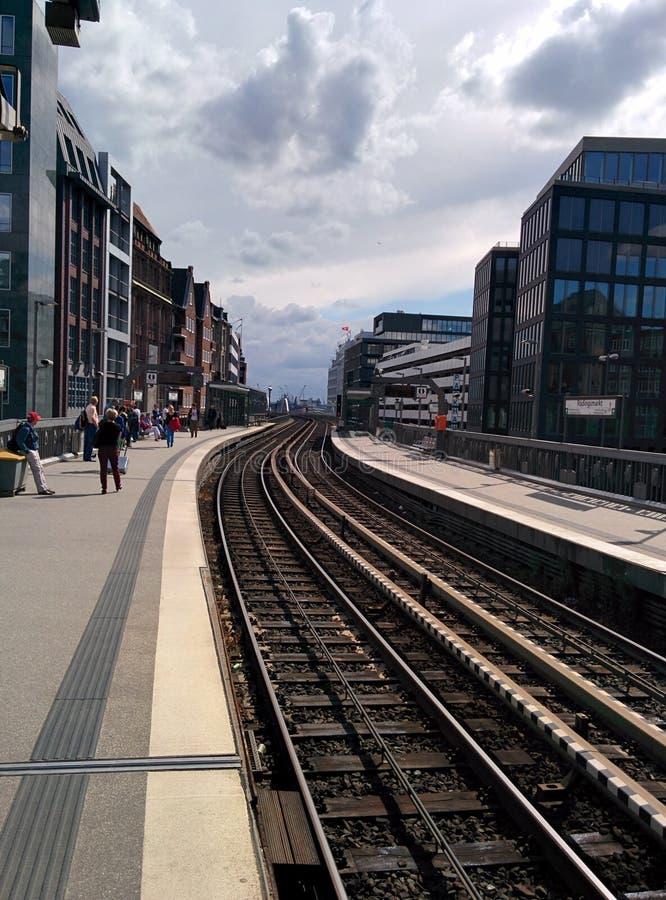 Mensen die op tram wachten stock afbeeldingen