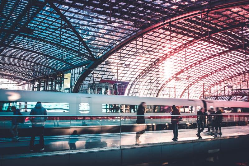 Mensen die op trein op spoorweg wachten plattform, Berlin Hauptbanhof Main Station in Berlijn royalty-vrije stock foto's