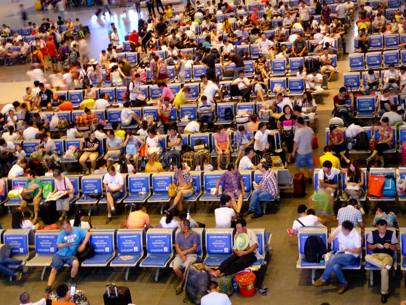 Mensen die op treinen wachten royalty-vrije stock foto's