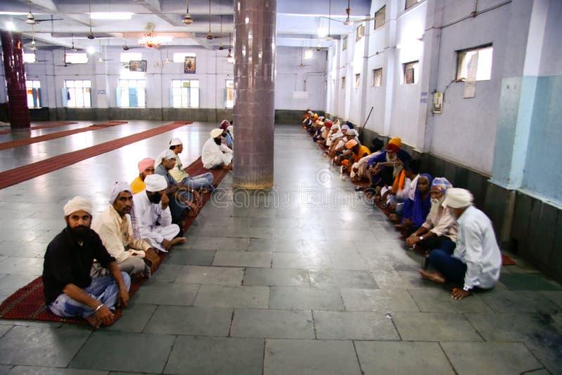 Mensen die op vrije maaltijd wachten stock afbeelding