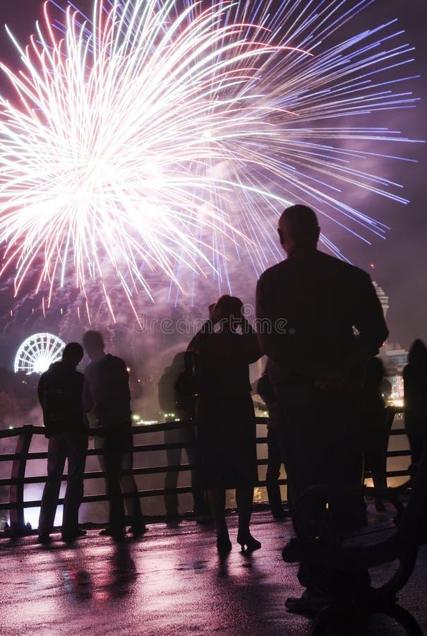 Mensen die op vuurwerk letten stock afbeeldingen