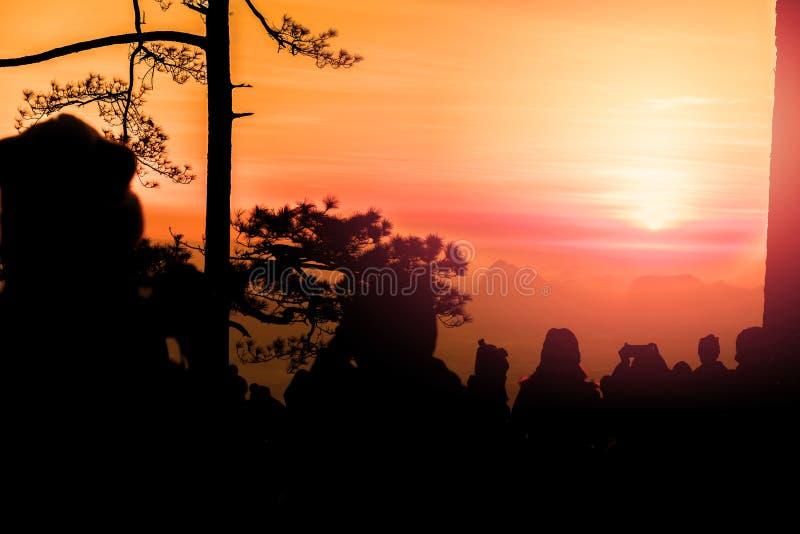 Mensen die op Zonsopgang in de ochtend letten De toeristenreis ontspant in de vakantie fotozonsopgang in de ochtend onder mensen royalty-vrije stock afbeeldingen