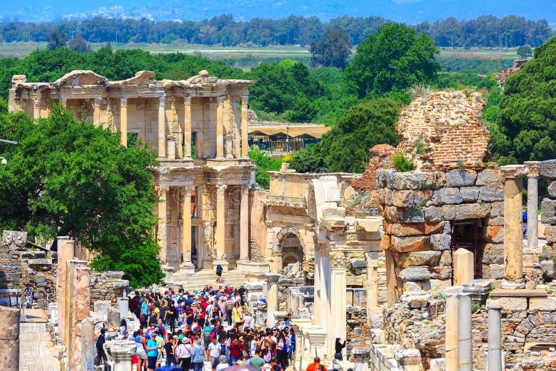 Mensen die oude ru?nes van Ephesus, Turkije bezoeken stock afbeelding