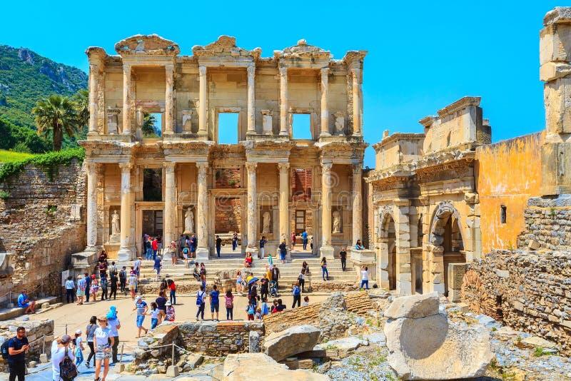 Mensen die oude ru?nes van Ephesus, Turkije bezoeken royalty-vrije stock fotografie