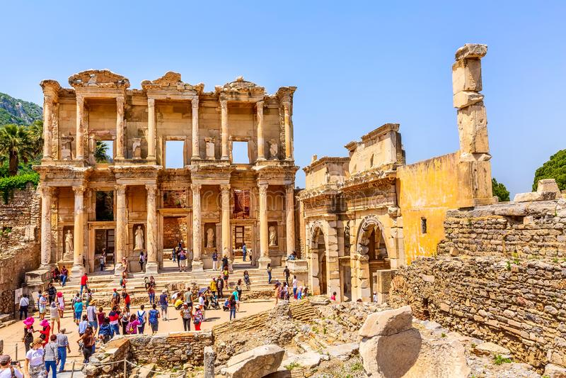 Mensen die oude ru?nes van Ephesus, Turkije bezoeken stock foto's