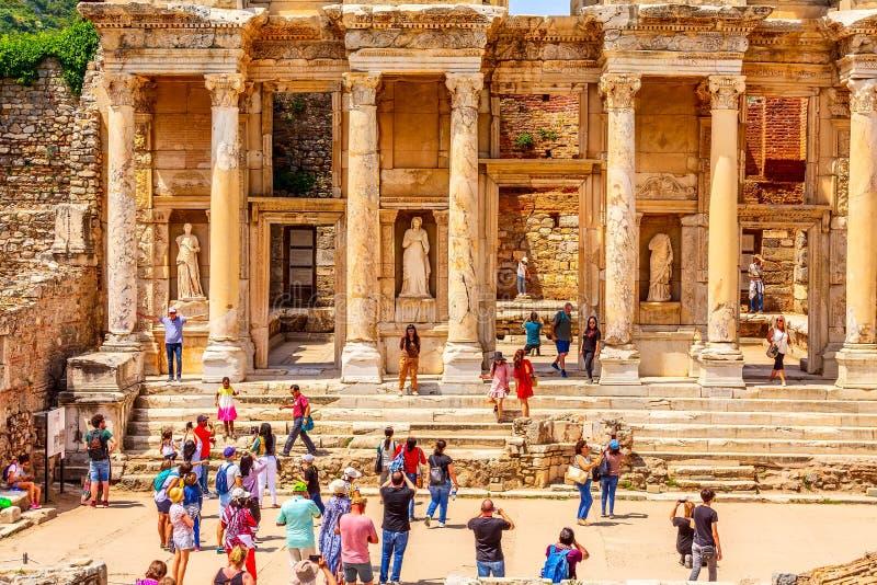 Mensen die oude ru?nes van Ephesus, Turkije bezoeken stock foto