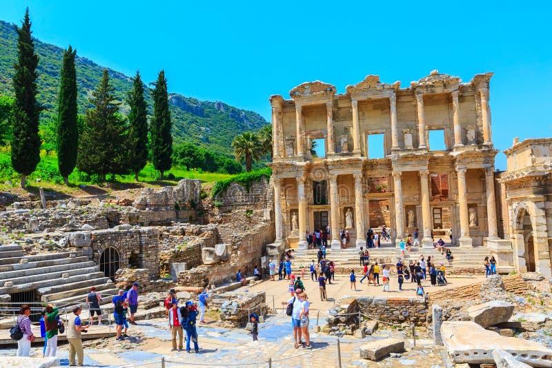 Mensen die oude ru?nes van Ephesus, Turkije bezoeken stock afbeeldingen