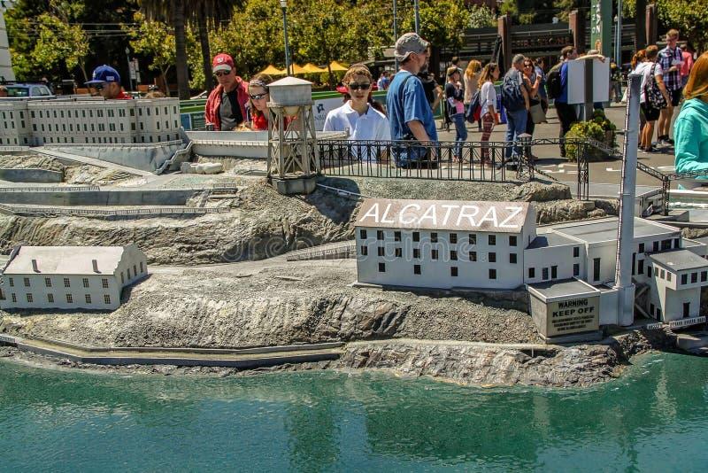 Mensen die over mooi beroemd Alcatraz-Gevangenismodel kijken De V.S. San Francisco royalty-vrije stock foto