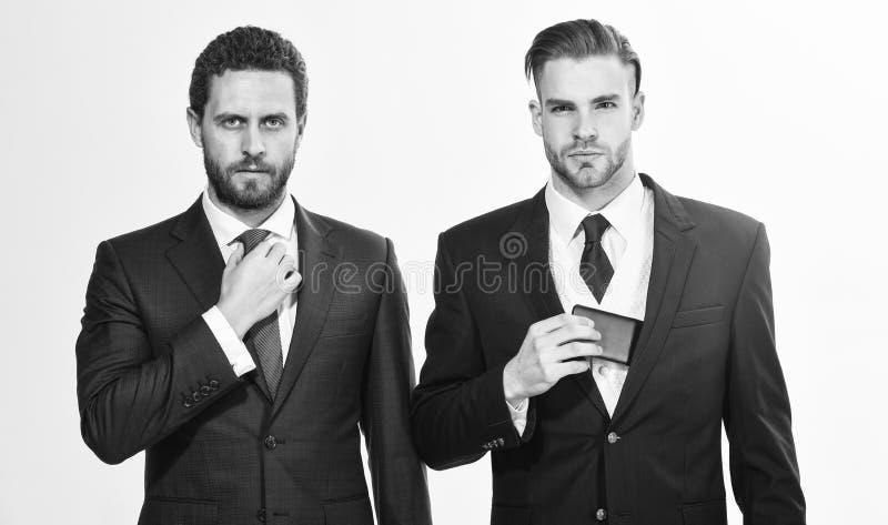 Mensen die pakken aanpassen Zeker in hun stijl De bedrijfsmensen kiezen formele kleding Elk detail is van belang royalty-vrije stock fotografie