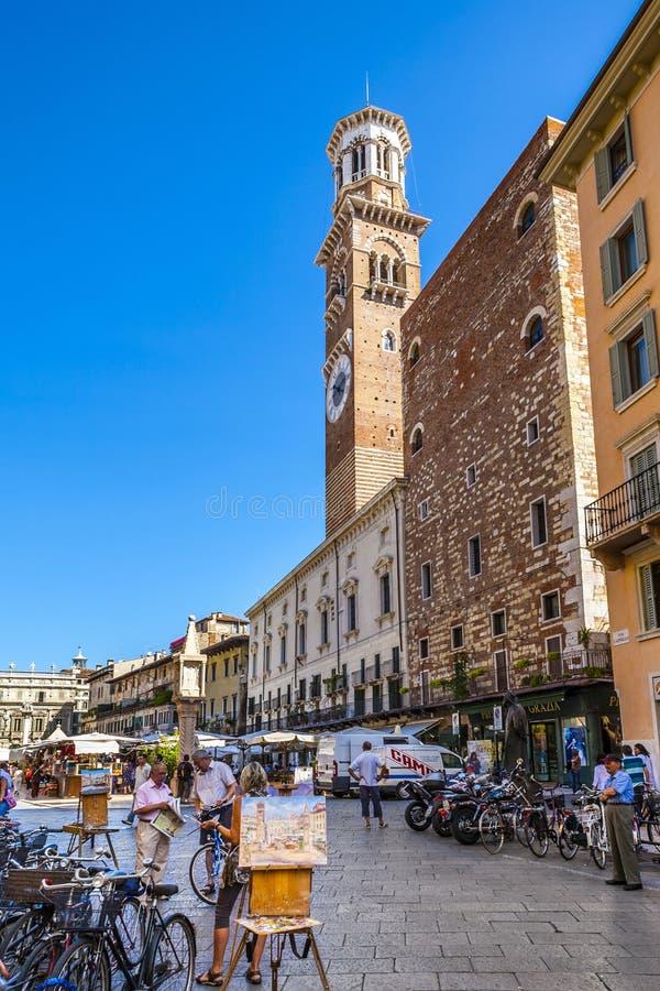 Mensen die in Piazza delle Erbe lopen royalty-vrije stock fotografie