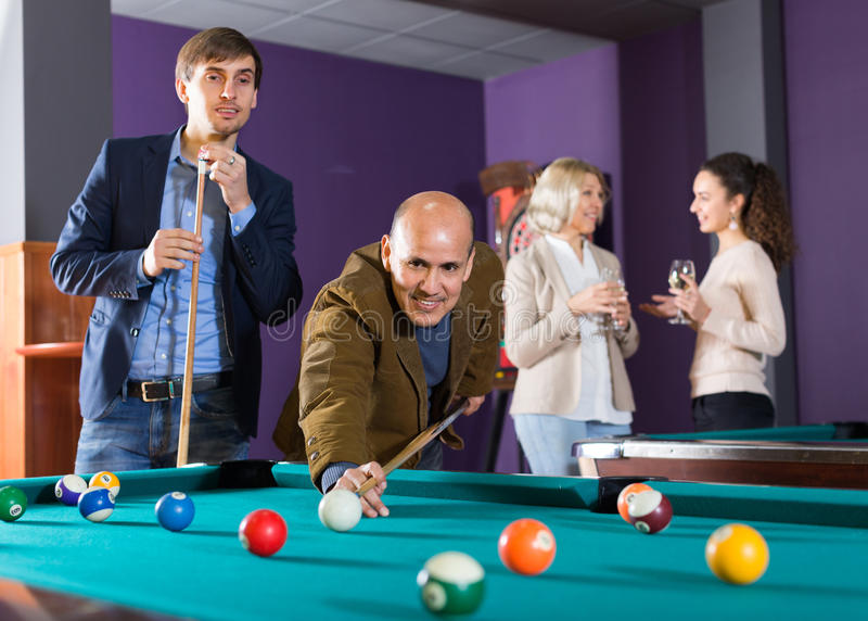 Mensen die poolspel hebben royalty-vrije stock foto's