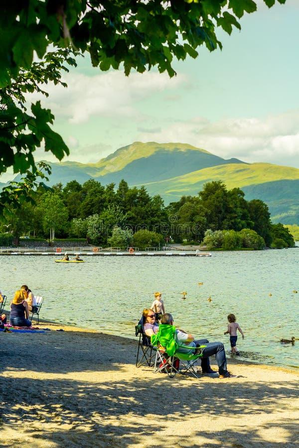 Mensen die pret op een zonnige, de zomerdag hebben bij het Loch meer van Lomond in Schotland, 21 Juli, 2016 royalty-vrije stock afbeelding