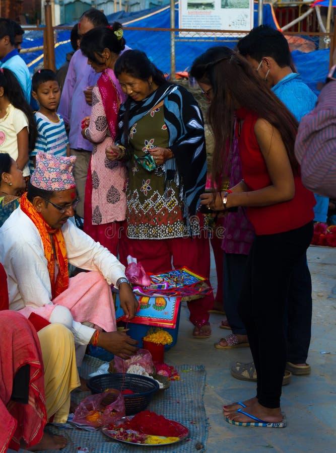Mensen die Rakshya Bandhan van de Brahmaanpriesters ontvangen op Januari stock foto