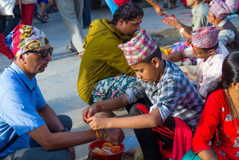 Mensen die Rakshya Bandhan van de Brahmaanpriesters ontvangen op Januari stock fotografie