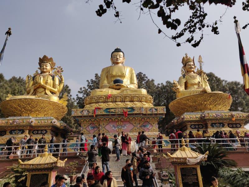 Mensen die Reuzestandbeeld van Gautam Buddha bewonderen stock fotografie