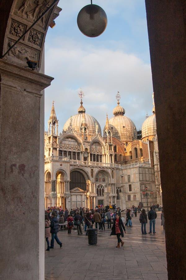 Mensen die rond San Marco Basilica, Venetië, Italië lopen royalty-vrije stock foto