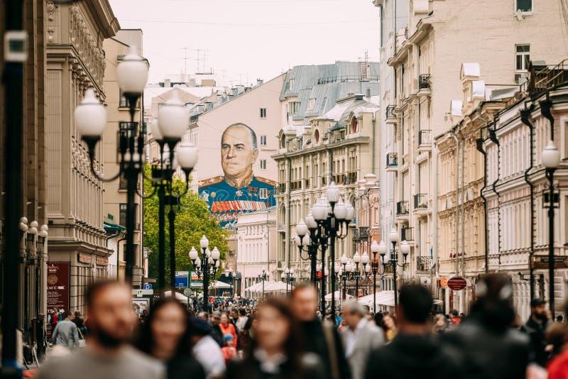 Mensen die in Rood Vierkant in Moskou, Rusland lopen royalty-vrije stock afbeeldingen